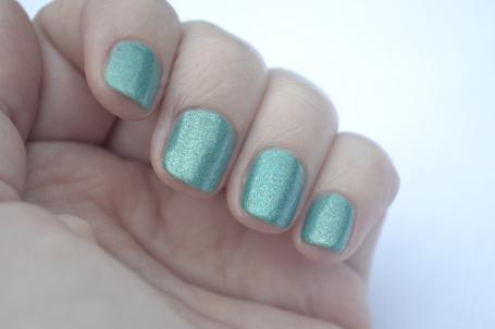 Zoya-Zuza-accent-nail-1