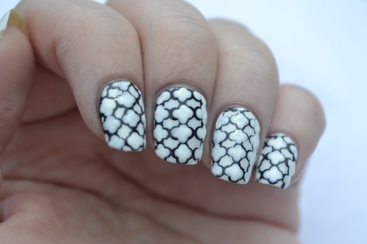 31DC-Day-7-Quatrefoil-nails-3