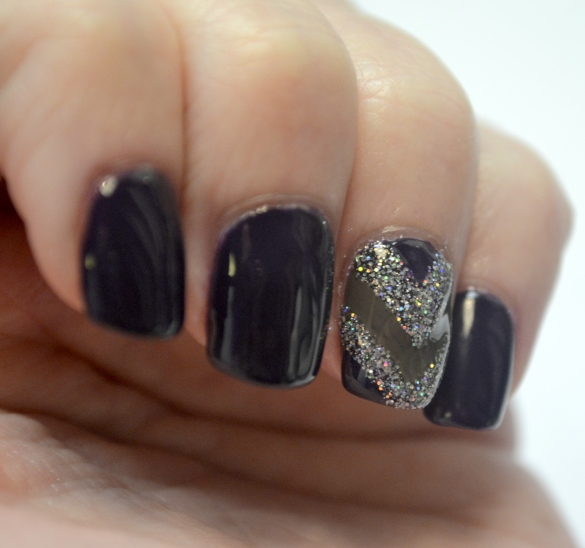 Day-8-V-shape-accent-nail-2