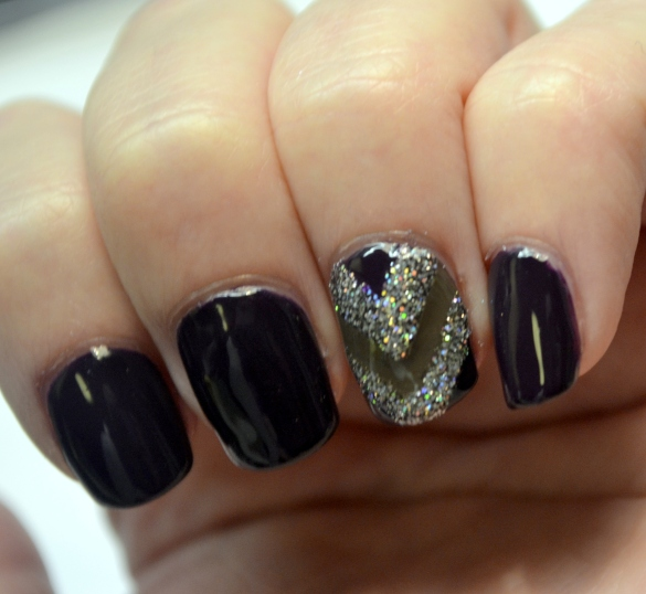 Day-8-V-shape-accent-nail-3